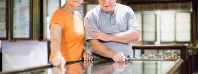 איש ואישה מביטים במיצג מוזיאוני