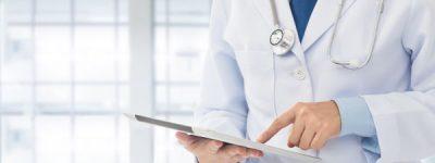 רופא ובידיו בדיקות של מטופל